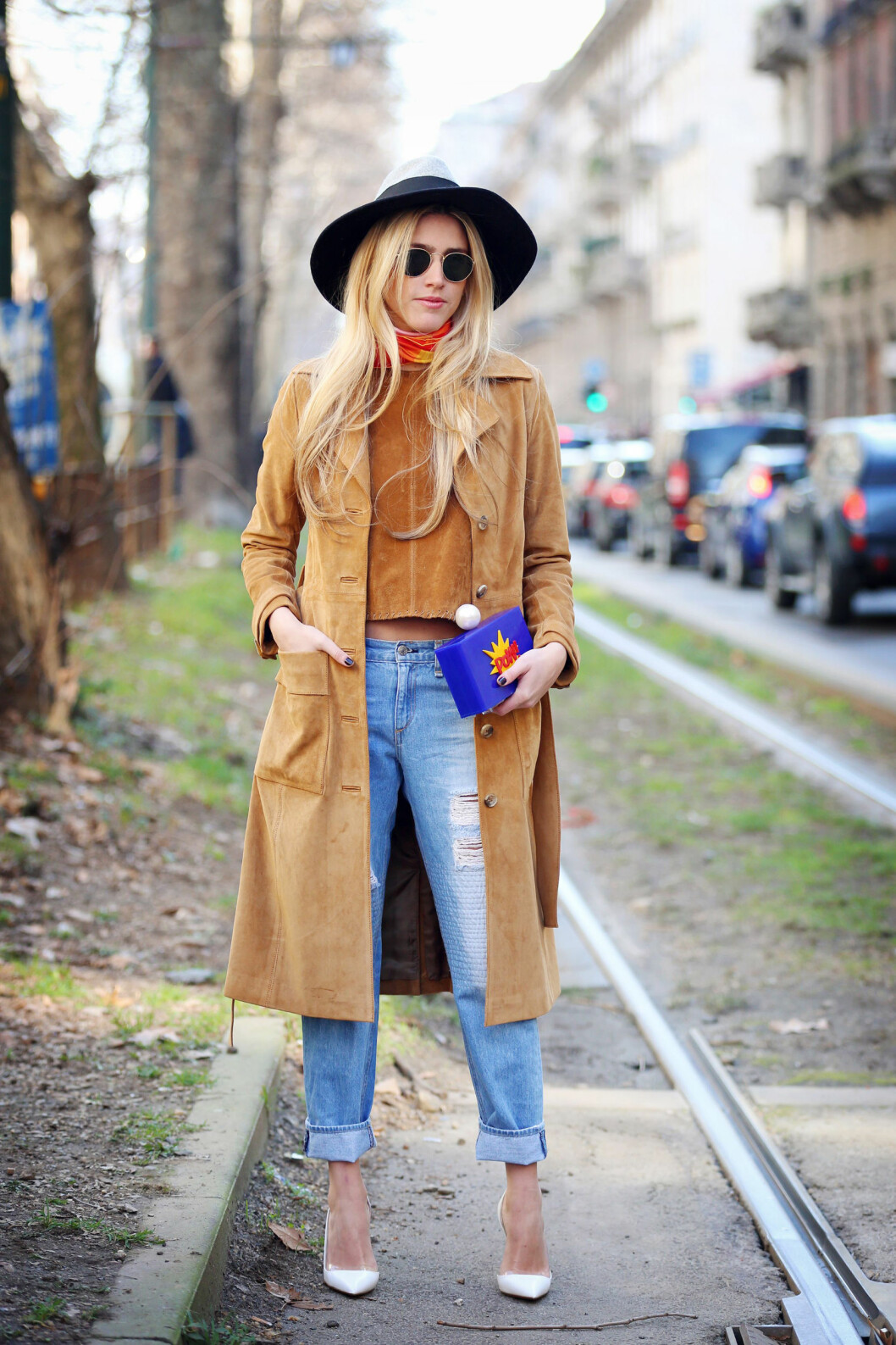Hullete jeans til 70-tallsinspirert frakk, topp og skjerf. Foto: Silvia Olsen/REX/All Over Press