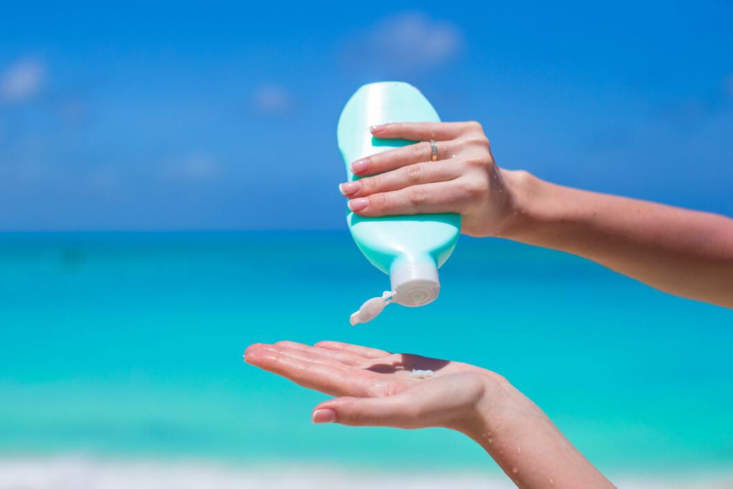 NOK KREM: Du trenger minst én håndfull solkrem for å dekke hele kroppen tilstrekkelig. Bruker du mindre enn dette, får du en lavere reell faktor enn den som står oppgitt på flasken.  Foto: travnikovstudio - Fotolia