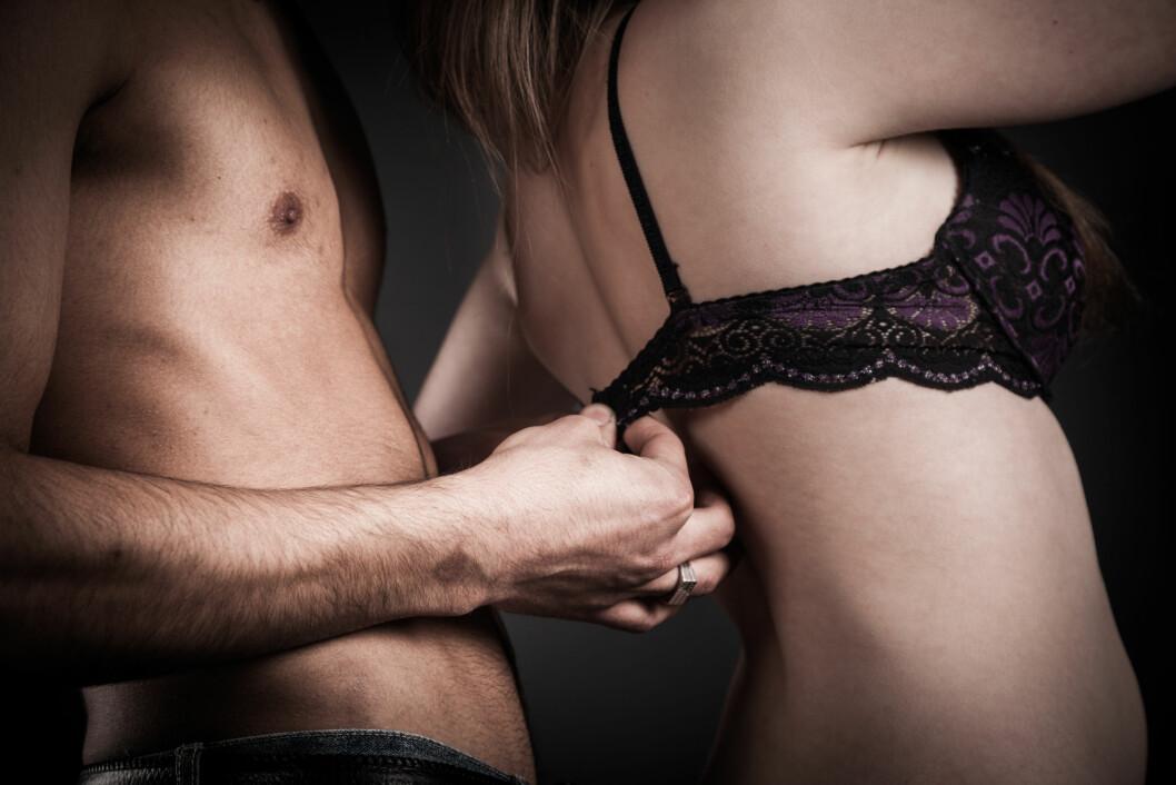 FREKK GULVØVELSE: Denne stillingen gir lett stimulering av klitoris fra innsiden, og øker sjansen for å stryke borti G-punktet. Foto: Laoshi - Fotolia