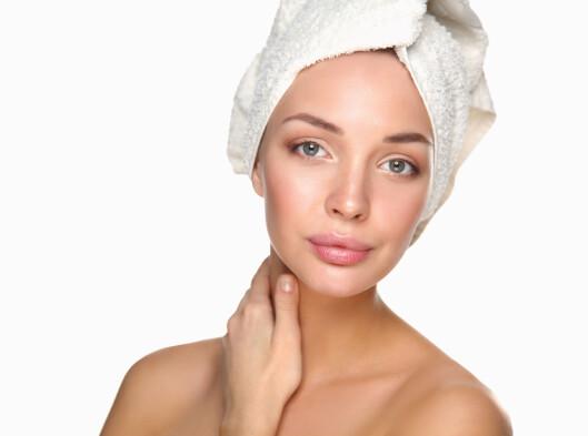 SMART TRIKS: Hvis ikke du bruker en hårkur som er full av proteiner, kan du fint sove med kuren til neste dag. Husk å pakke inn håret og puta med et håndkle, så unngår du at alt er grisete når du våkner.  Foto: Fotolia