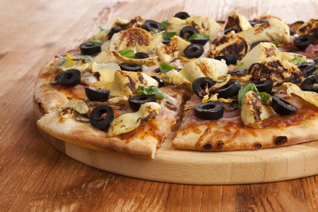 VERSTINGEN: Med fin pizzabunn, mye ost og lite grønnsaker, er dessverre pizza verstingen. Men den kan bli raskt sunnere hvis du reduserer antall biter og sper på med en salat! Foto: Eskymaks - Fotolia