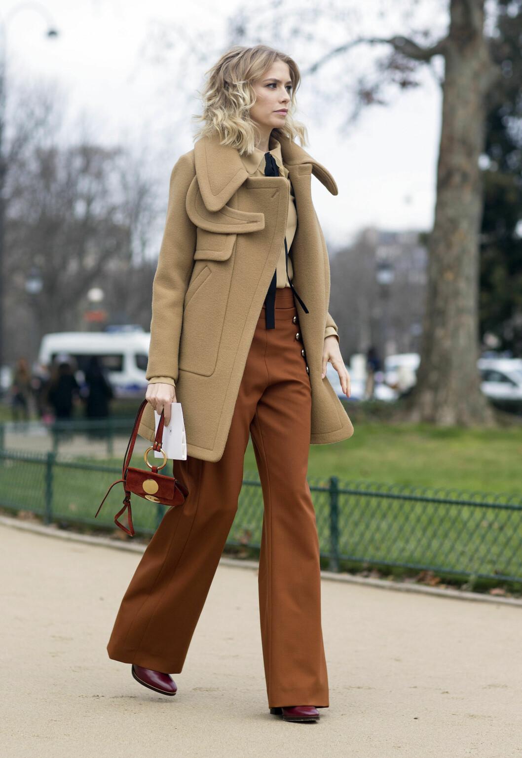 TON I TON: I tillegg til en bukse med høyt liv, er det lurt å kle seg ton i ton for maks effekt, som vi ser Elena Perminova gjøre her.  Foto: Dvora/REX/All Over Press