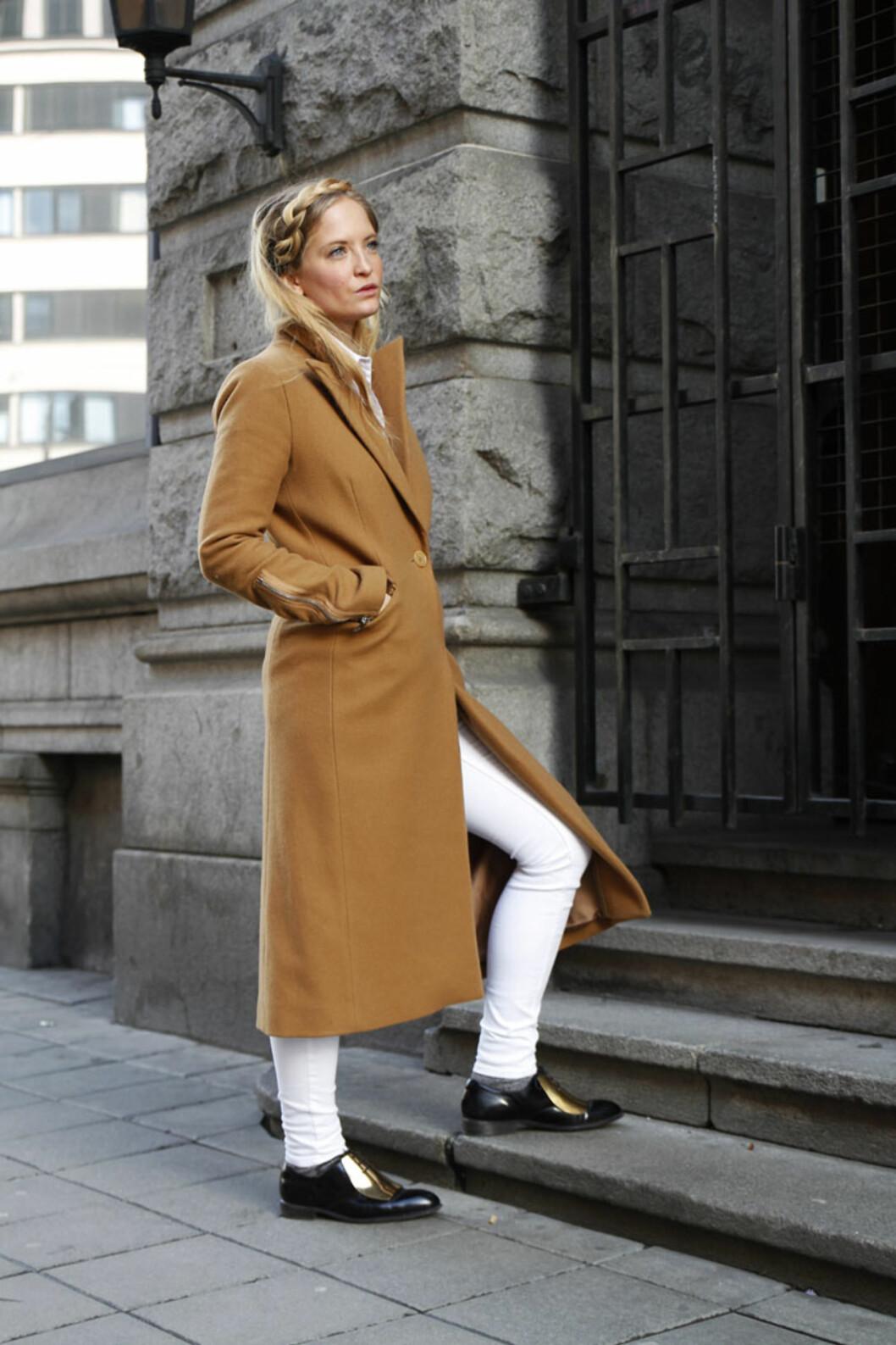 VÅRFIN: Nathalie styler et helhvitt vårantrekk, og bruker den klassiske kamelfargede kåpen. Kronen på verket er vårens finseste frisyre - fletten!  Foto: Nathaliehelgerud.com