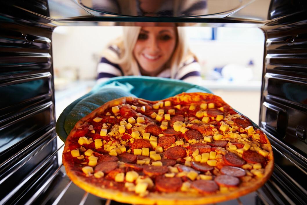 PIZZA: Spiser du en liten porsjonspizza til middag får du i deg mellom 800 og 1000 kalorier.  Foto: Monkey Business - Fotolia