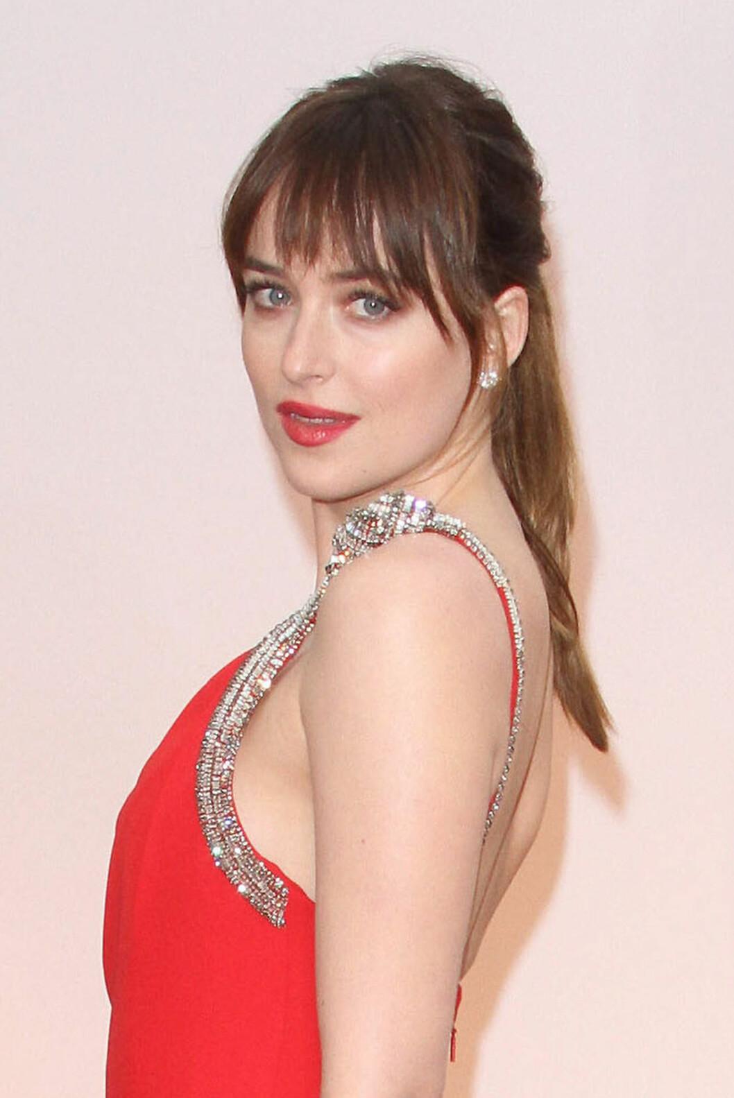 DAKOTA JOHNSON: Fifty Shades-stjernen valgte enkel hestehale og knallrøde lepper til sin røde kjole.  Foto: AdMedia / Splash News/ All Over Press