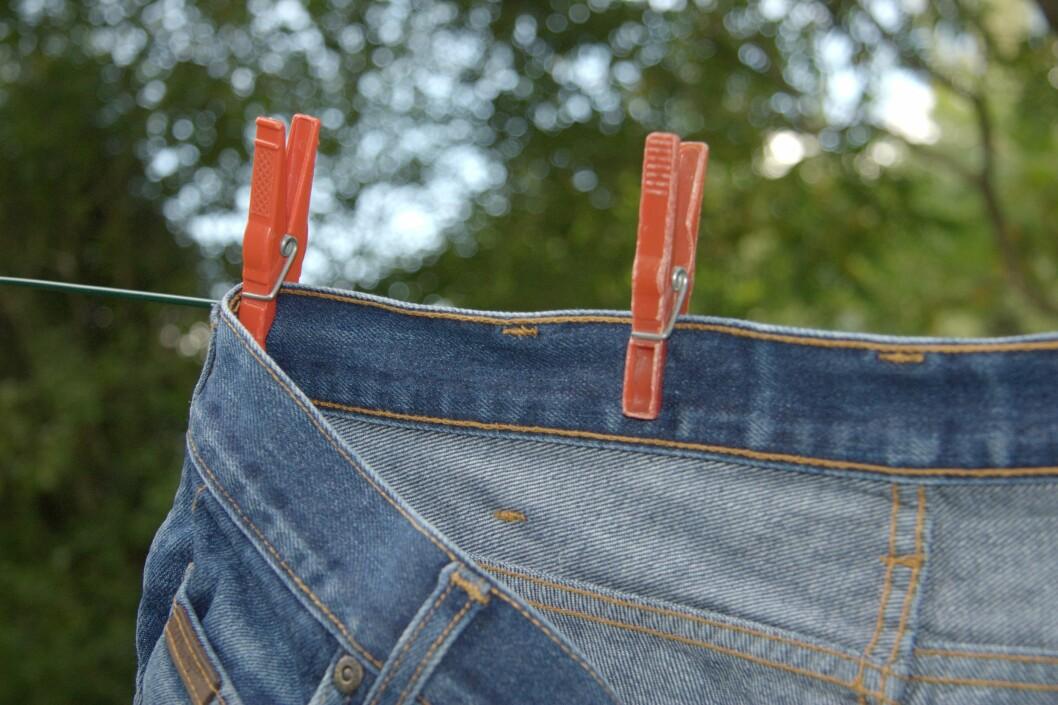 VOND LUKT: Dersom jeansen lukter vondt etter helgens fest kan du henge den ut i noen timer.  Foto: hayo - Fotolia