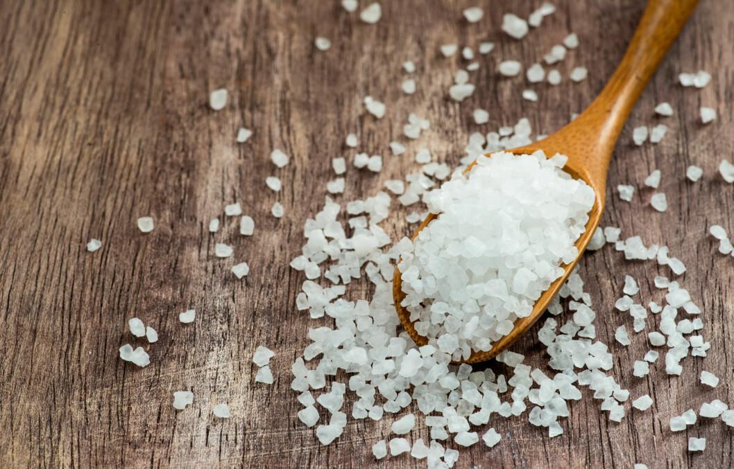 SALT: Bland salt i vaskepulveret når du skal sette på maskinen. Saltet gjør nemlig at fargen binder seg til fibrene i jeansen.