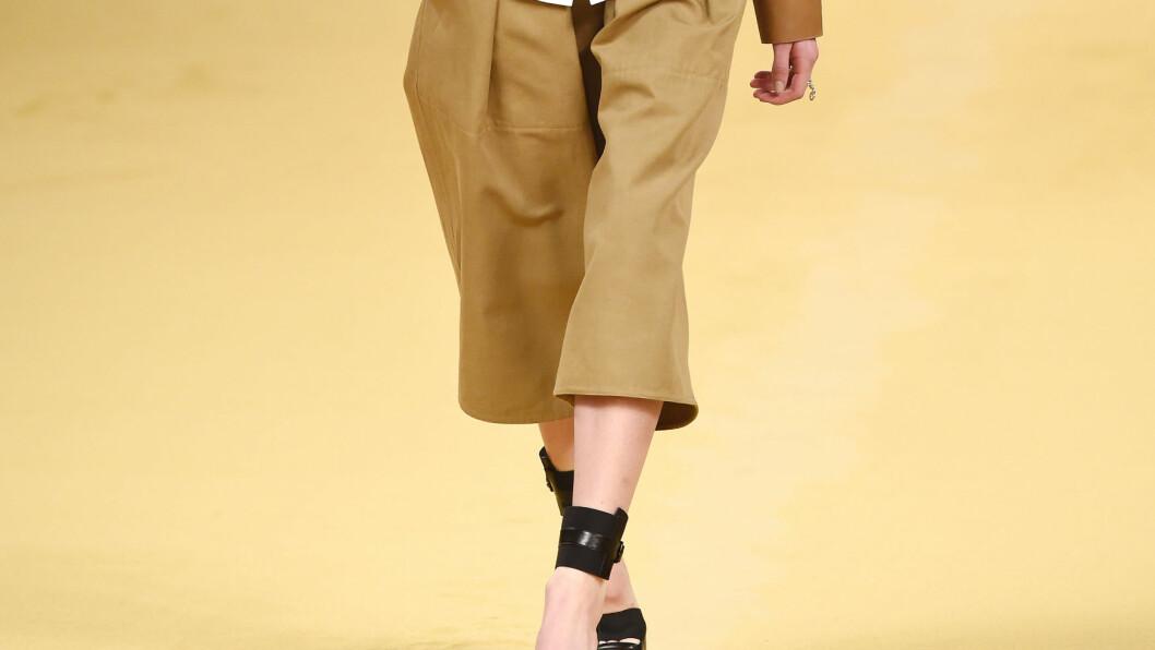 KORT. Hermes viste fram disse buksene under Paris fashion week 2015. Foto: REX/David Fisher/All Over Press