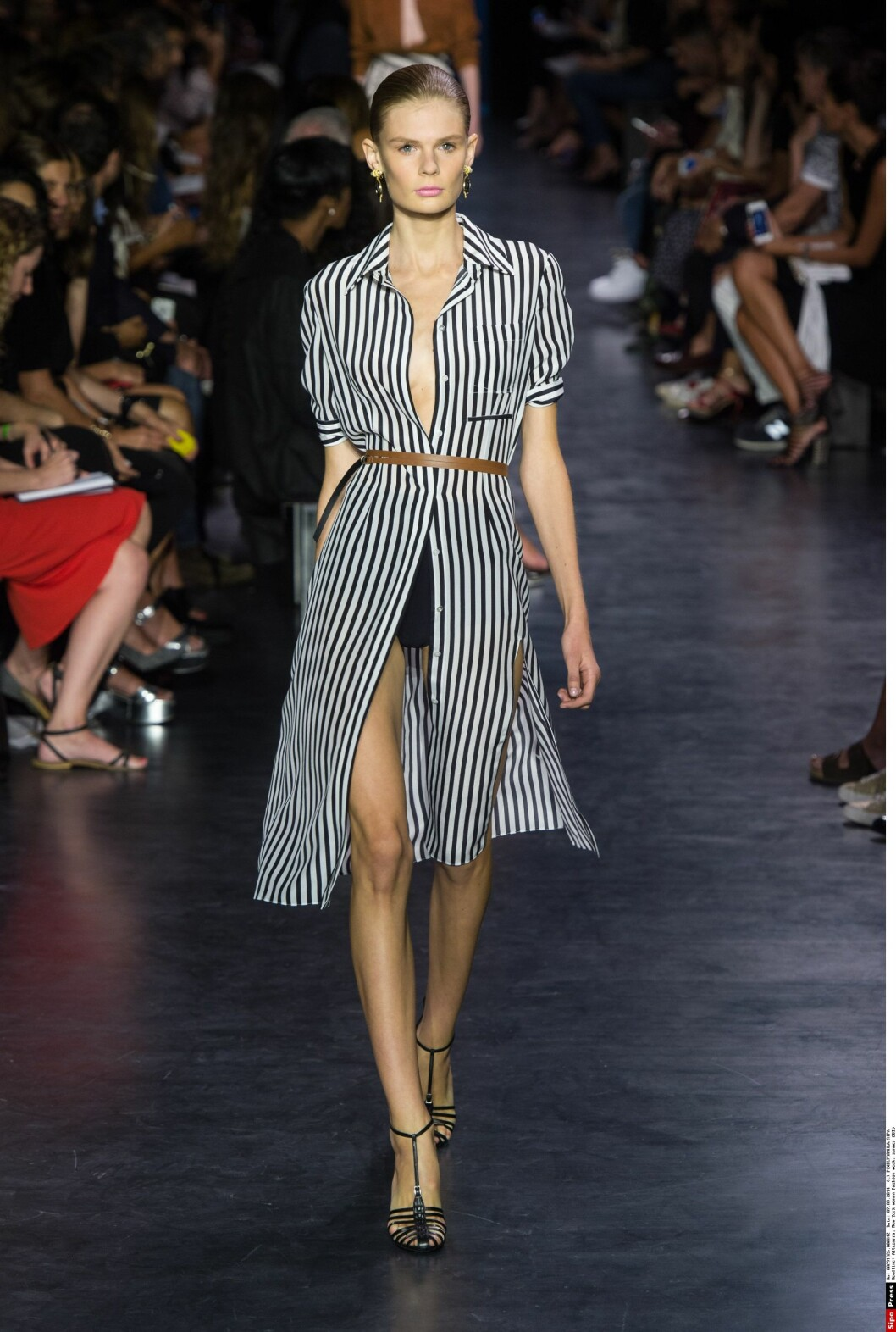 STRIPER. Altuzarras skjortekjole vist på New York fashion week skiller seg ikke så allverdens fra ... Foto: PIXELFORMULA/SIPA/All Over Press