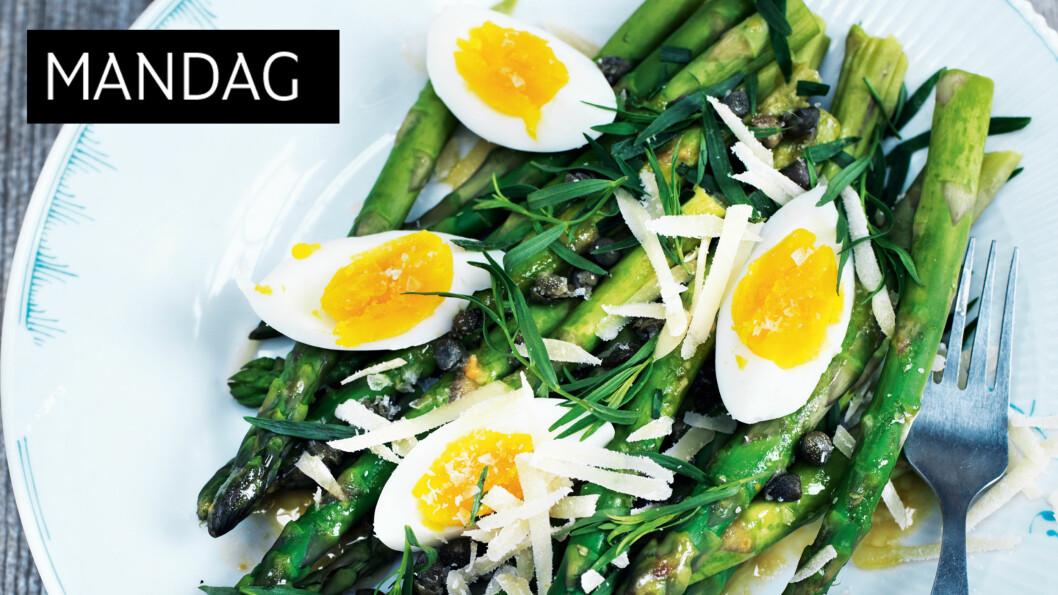 SÅ GODT: Asparges er så godt at de nesten kan spises helt alene. Med egg blir det en fin liten rett. Foto: All Over Press
