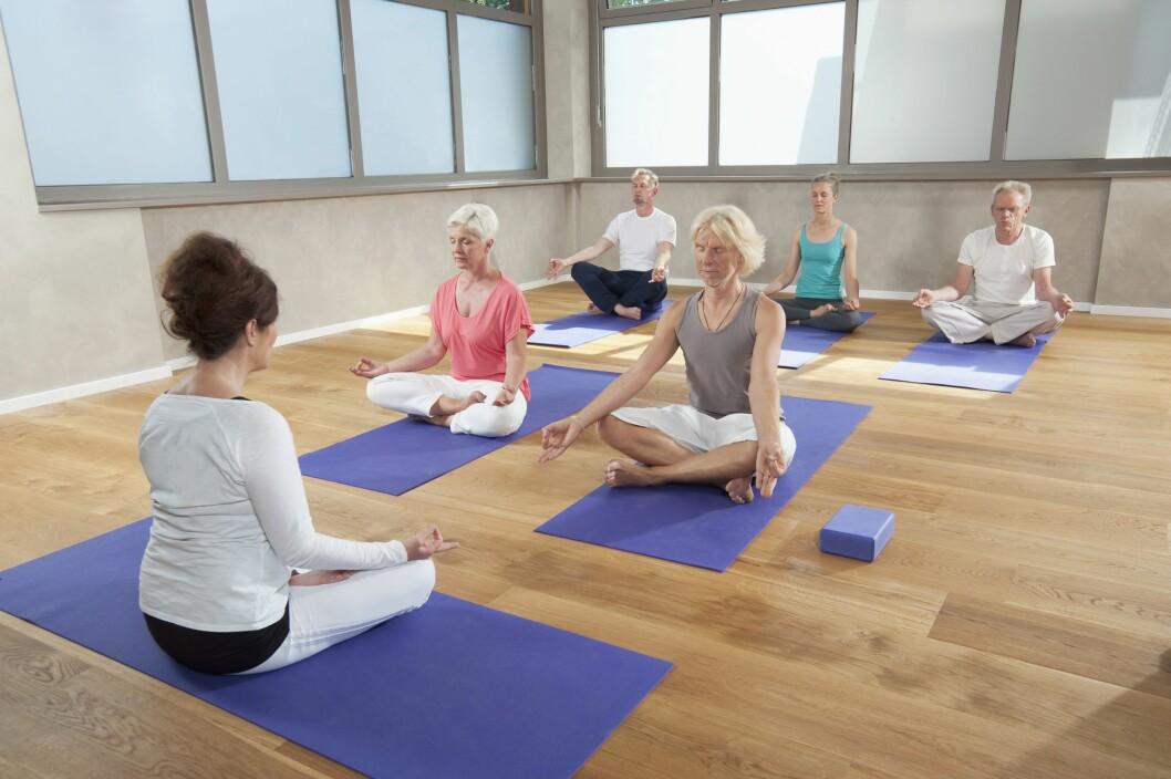 PUST: Yoga er en fin måte å stresse ned på. En liten amerikansk studie fra 2014 viser også at nettopp dette mindfulness-aspektet ved yoga kan hjelpe deg med å holde vekten stabil.  Foto: Mito Images/REX/All Over Press