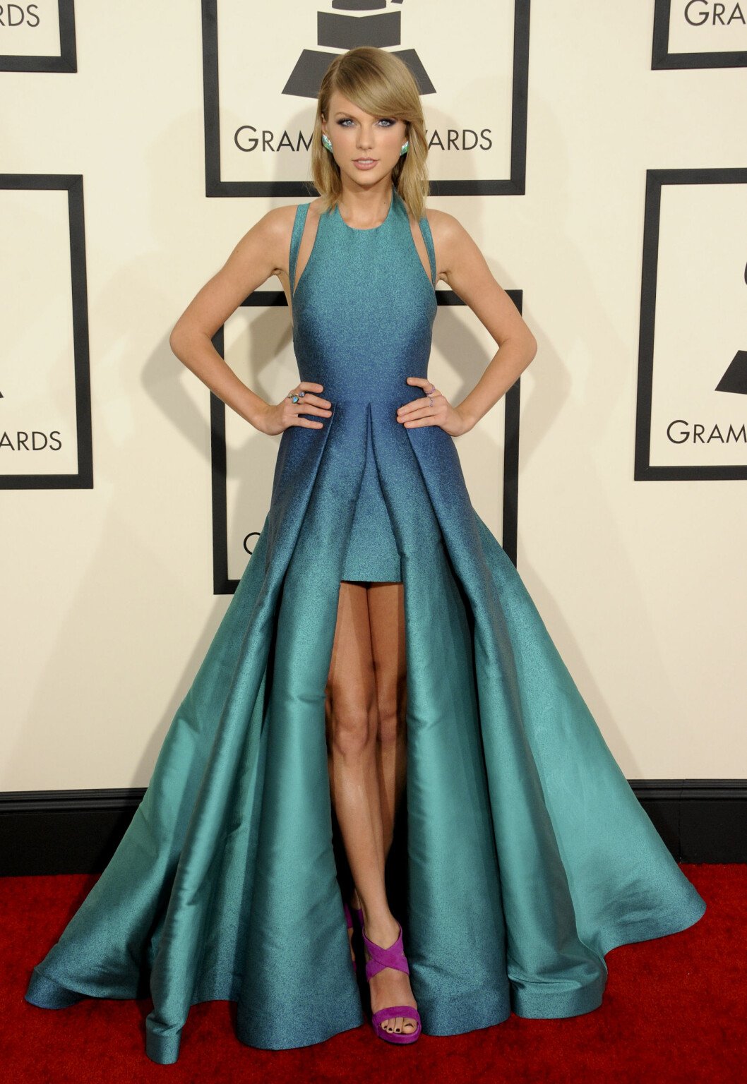 <strong>TAYLOR SWIFT:</strong> I havfrueinspirert kjole med kort skjørt.  Foto: Picture Perfect/REX/All Over Press
