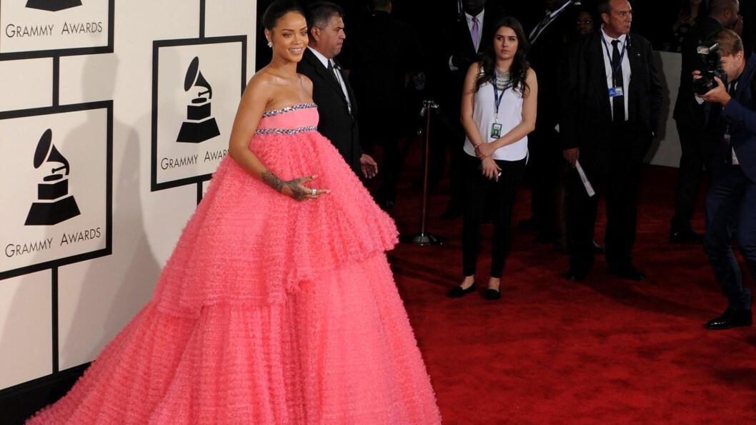 <strong>PÅKLEDD:</strong> Rihanna (26) kom overraskende påkledd til søndagens Grammy-utdeling i LA.  Foto: Broadimage/REX/All Over Press