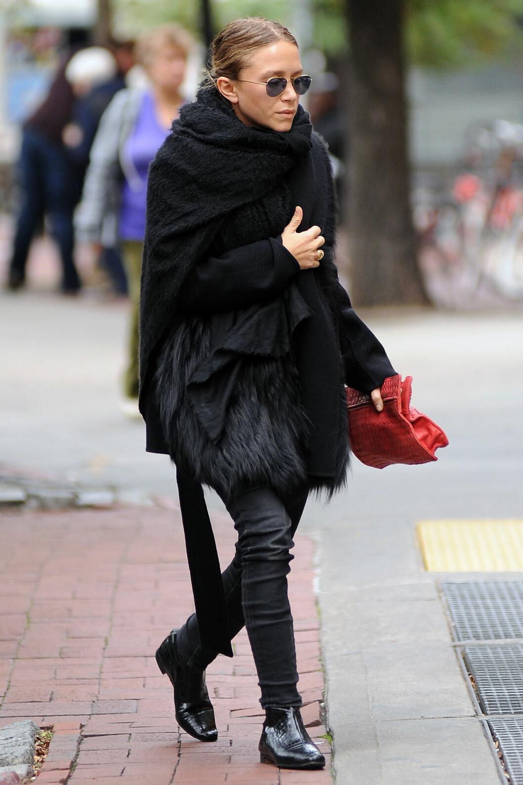 Mary-Kate var kledd i fuskepels på vei til middag sammen med ektemannen i New York.  Foto: All Over