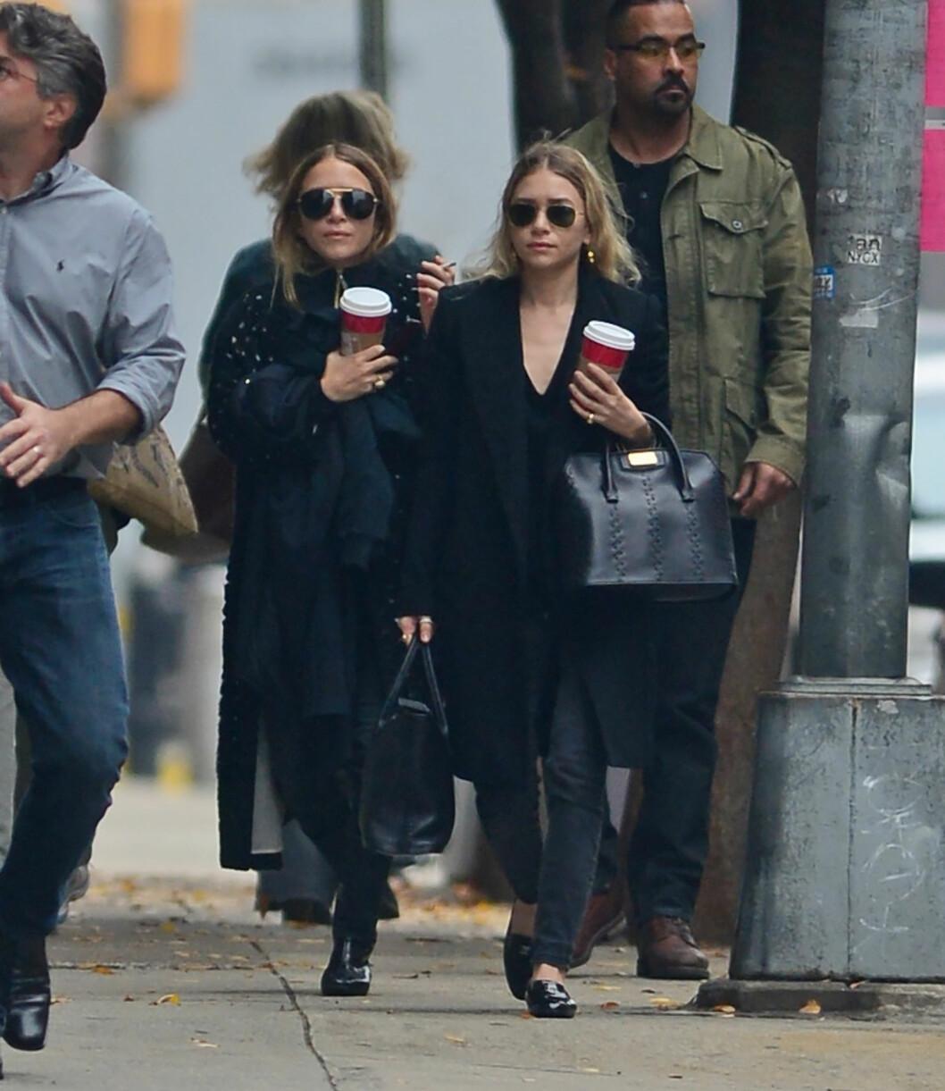 I kjent stil var tvillingene å se med en kaffekopp i hånden på vei mellom møter i New Yorks gater. Foto: All Over