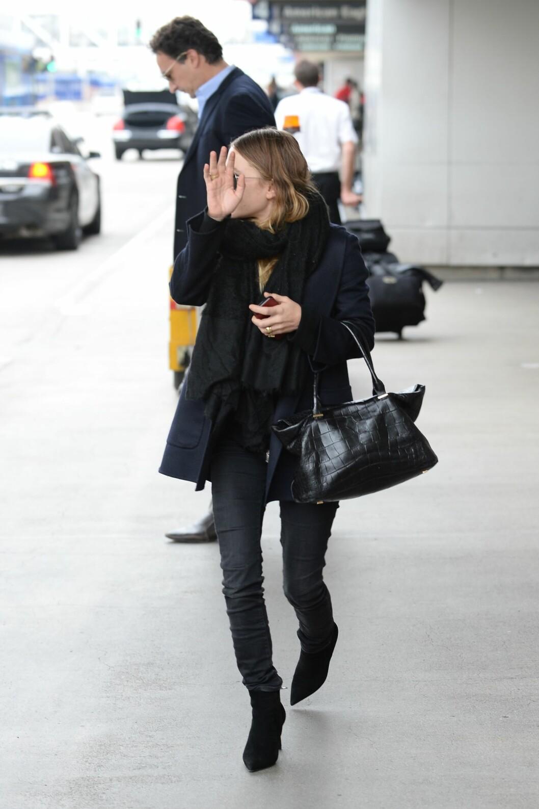 Kledd i svart fra topp til tå ankom Mary-Kate Olsen LAX-flyplass i LA.  Foto: All Over