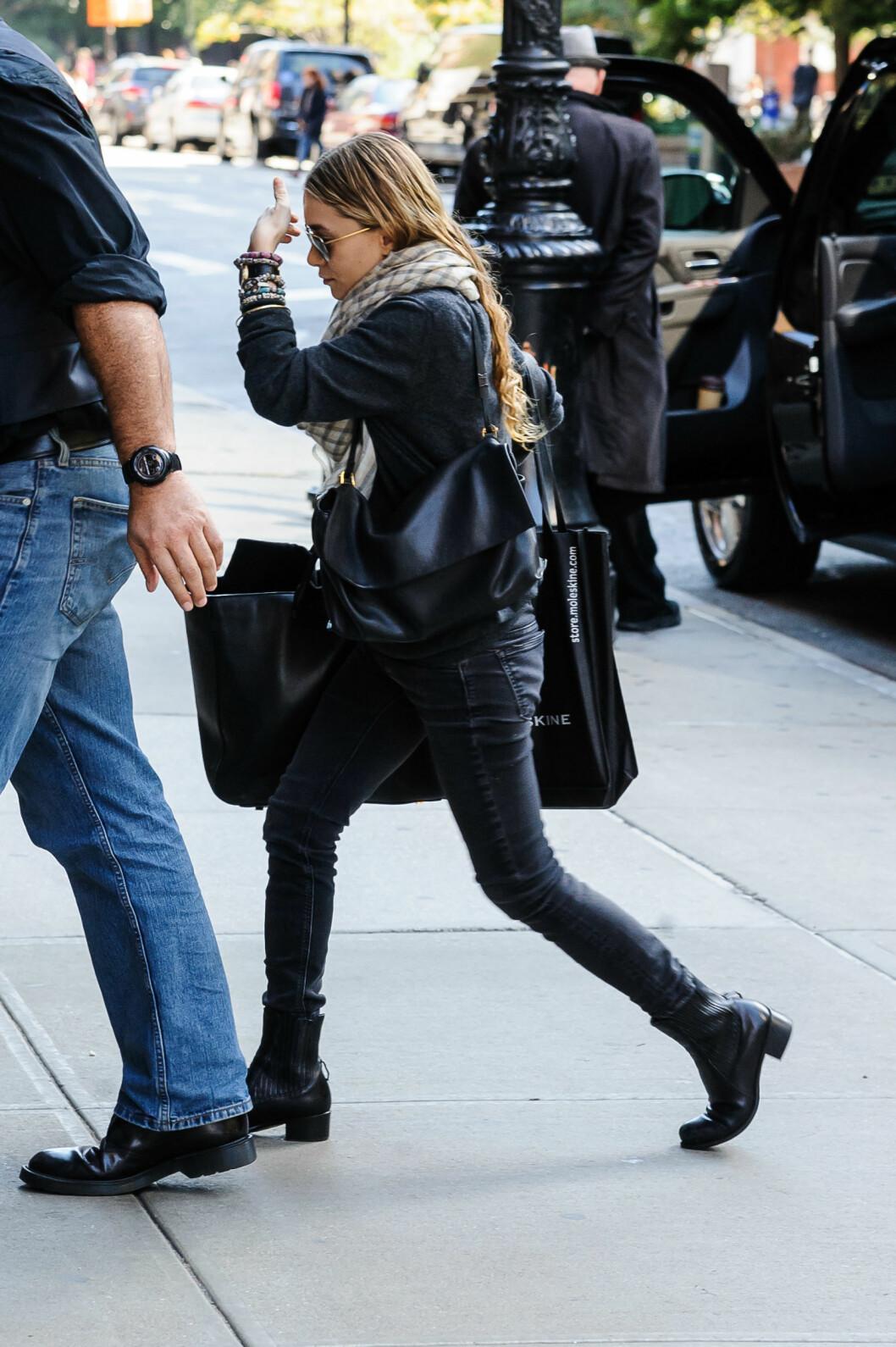 Ashley Olsen surrer ofte et stort skjerf rundt halsen.  Foto: All Over