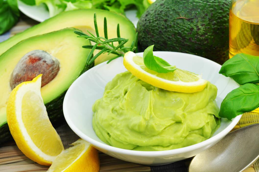 SUNT OG GODT: Avokadoen er rik på næringsstoffer, spesielt på det sunne, enumettede fettet som kan bidra til å senke kolesterolet. Du kan fint inkludere den i kostholdet ditt hver eneste dag, og det er mange kreative måter å bruke frukten på.  Foto: Printemps - Fotolia