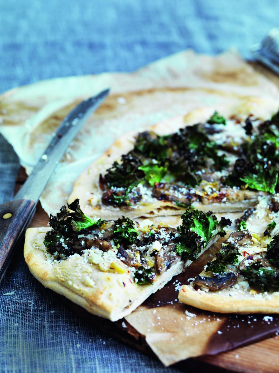 SPESIELL PIZZA: Det finnes ingen grenser for hva man kan gjøre på en pizza. Hvorfor ikke prøve denne med grønnkål. Foto: All Over Press