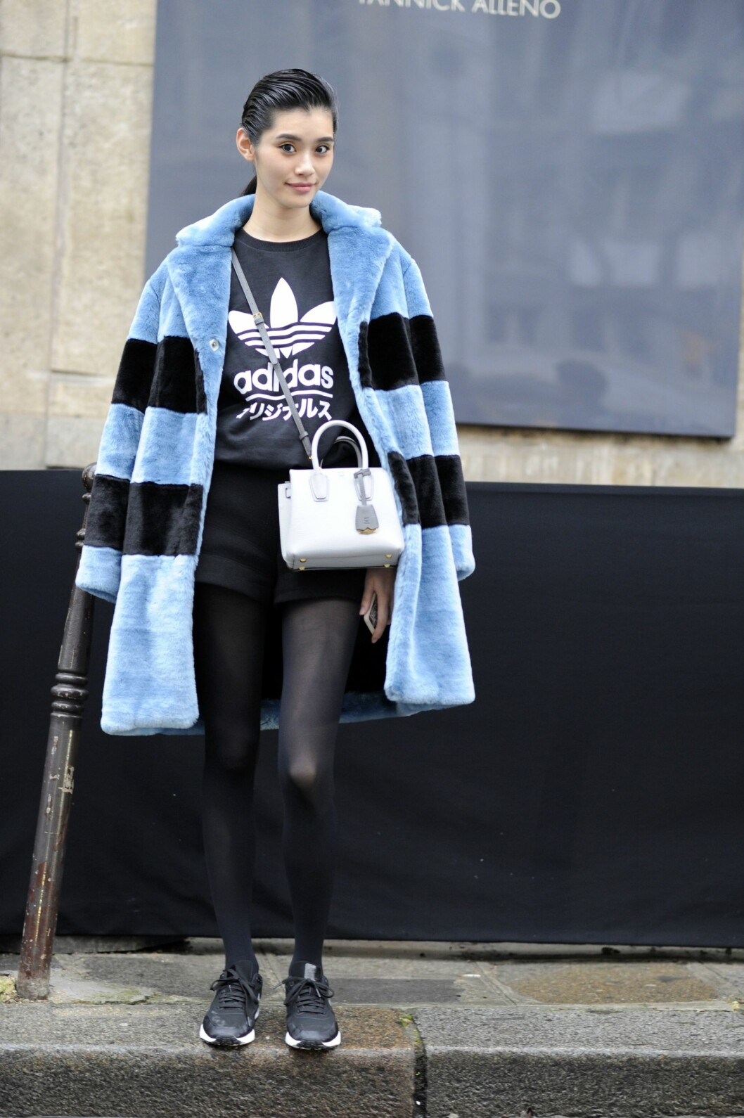 Ming Xi kombinerte sporty og chict under couture-moteuken i Paris forrige uke.  Foto: All Over