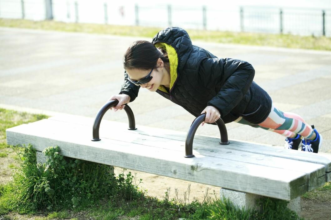 <strong>SKRÅ PUSHUPS:</strong> Bruk for eksempel en benk eller en trapp, og utfør styrkeøvelsen skrått.  Foto: All Over Press