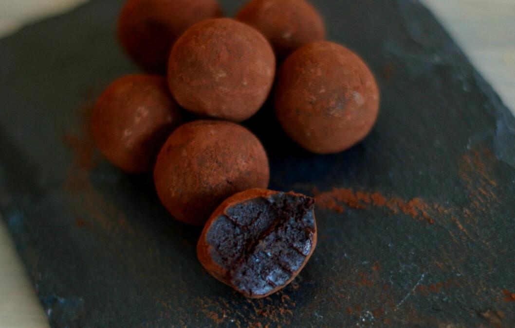 <strong>SJOKOLADE:</strong> Den naturlige sødmen fra dadlene, kombinert med mørk kakao vil garantert dempe søtsuget. Foto: Stine Haslestad, Bakekona