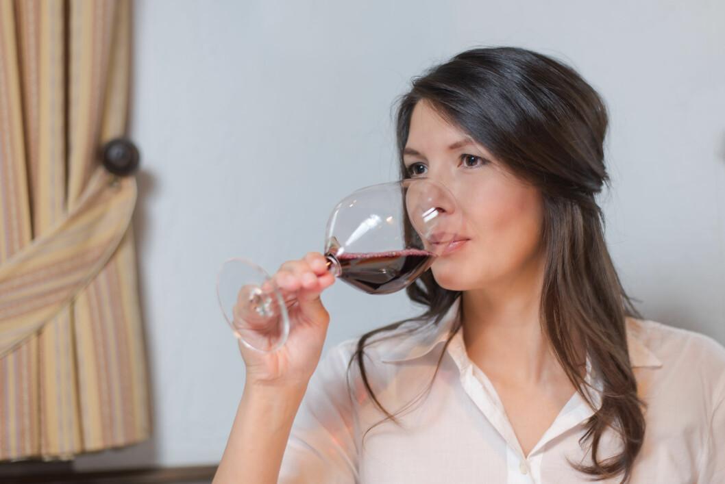HVER KVELD: Er det å drikke litt vin hver kveld tegn på at du har et alkoholproblem? Foto: Lars Zahner - Fotolia