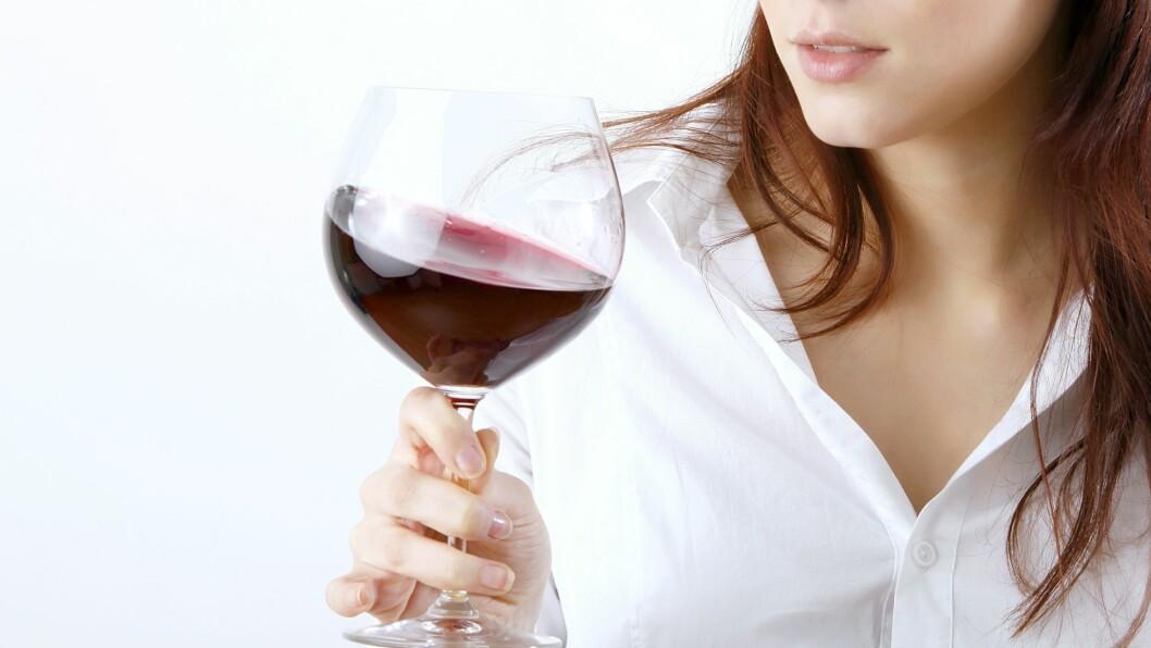 TYR OFTE TIL ALKOHOL: Kvinner drikker mye mer enn før, ifølge sosiolog Helene Langsether. Foto: Knut Wiarda - Fotolia