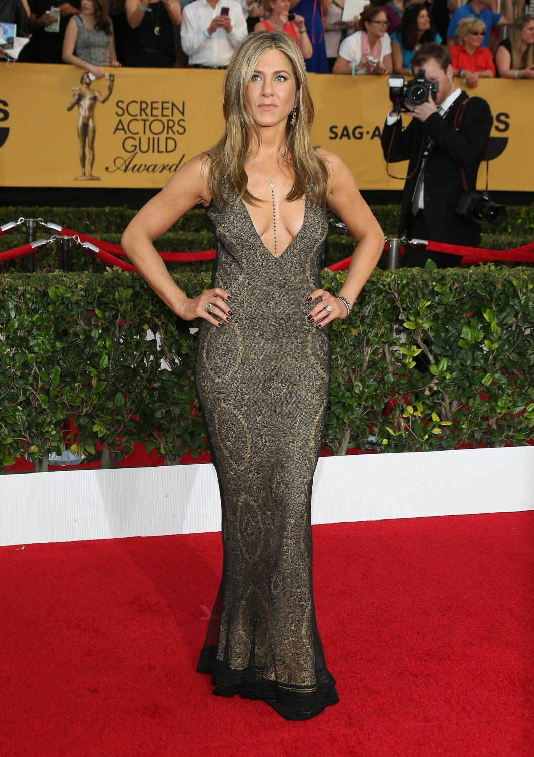 <strong>I VINTAGE GALLIANO:</strong> Cake-nominerte Jennifer Aniston var en av de få som gikk for en dyp klft under nattens årlige Annual Screen Actors Guild Awards i Hollywood.   Foto: Jen Lowery / Splash News/ All Ov