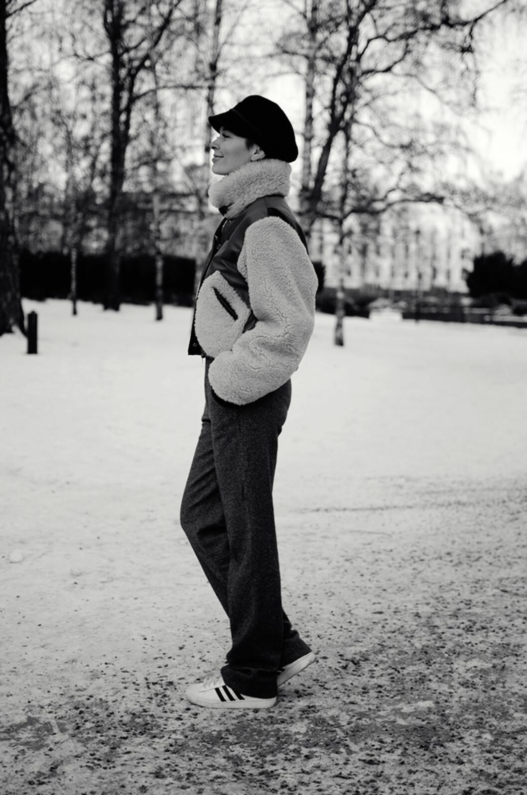 RETRO: STYLEmag-blogger Marie Murstad, som valgte en retro-inspirert saueskinnsjakke fra Tommy Hilfiger som sin it-jakke den vinteren. Foto: Outandaboutmarie.com