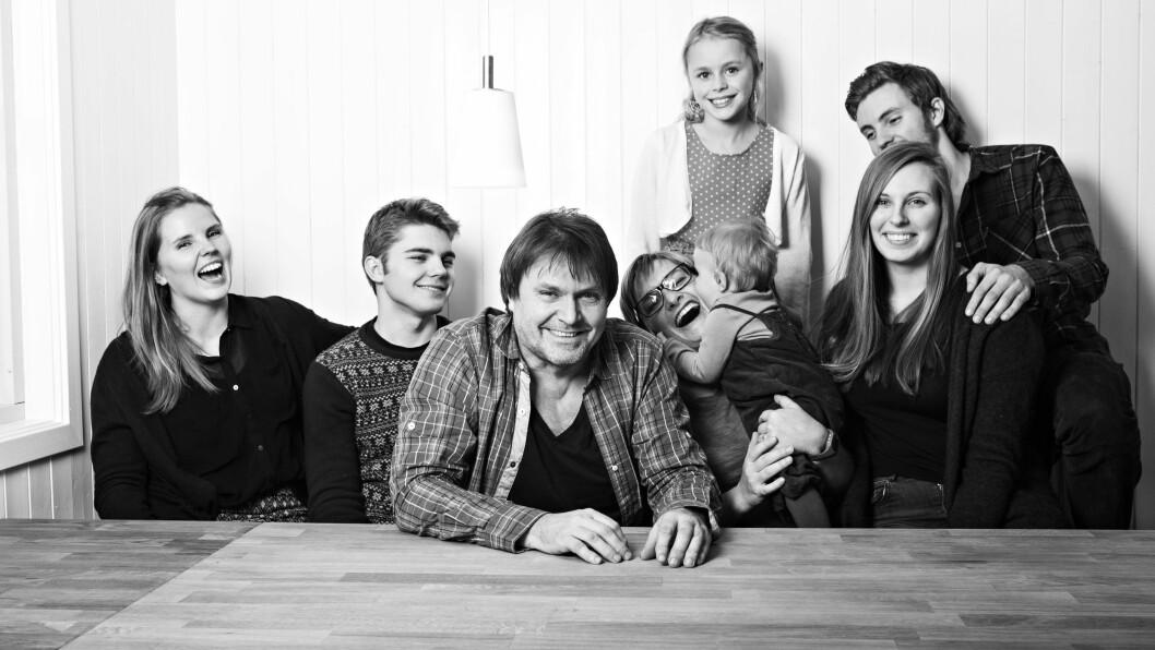 <strong>BARN FRA FØR:</strong> Erik Larsen har barn fra 1 til 27 år. Her er hele gjengen samlet i Elverum. Ved siden av ham er samboer Ingborg Stang, som er mamma til yngstemann Vilde.     Foto: Charlotte Wiig / All Over Press
