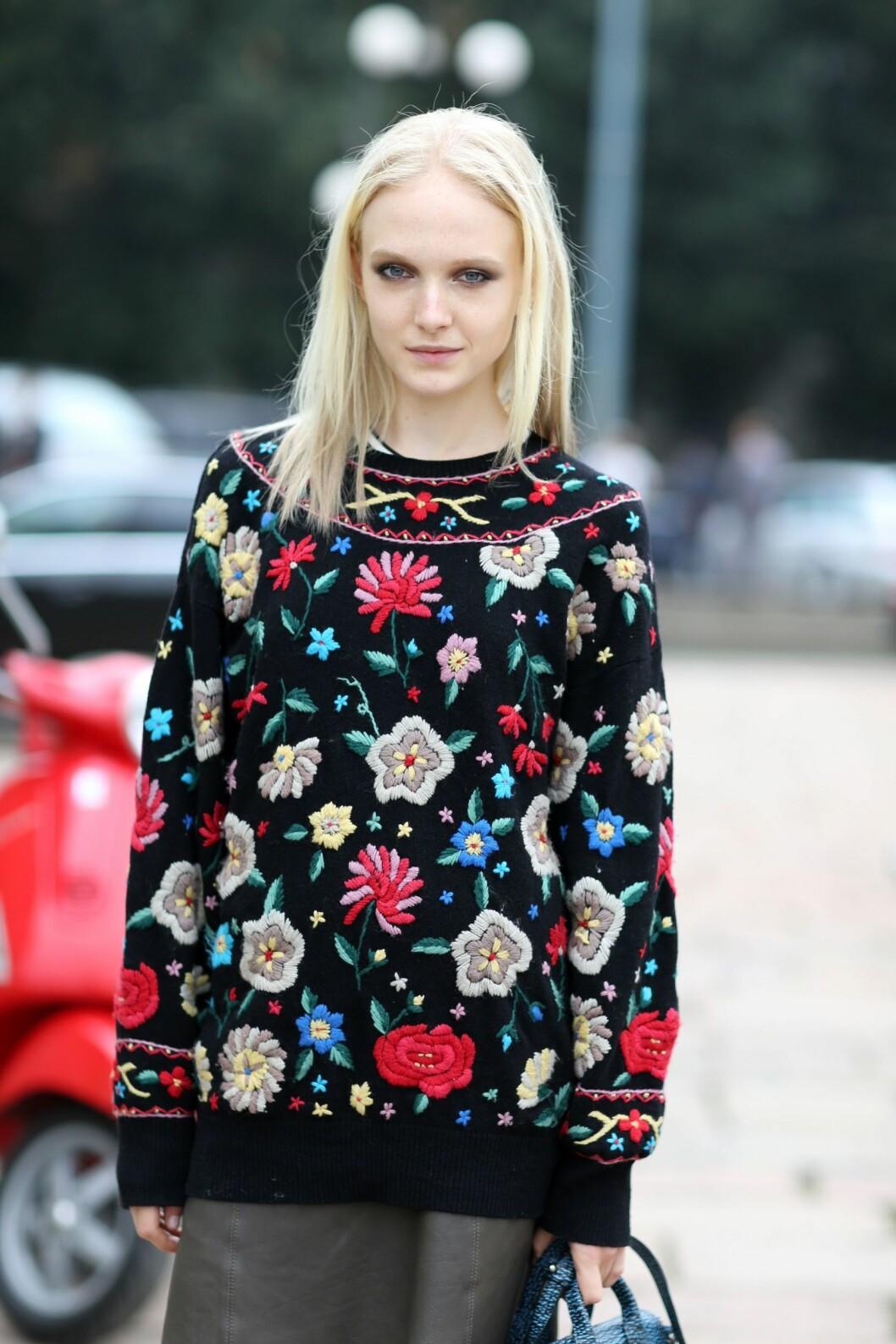 Vinterens mest populære plagg må være strikkegenseren - hvorfor ikke prøve en med blomstermønster? Foto: All Over