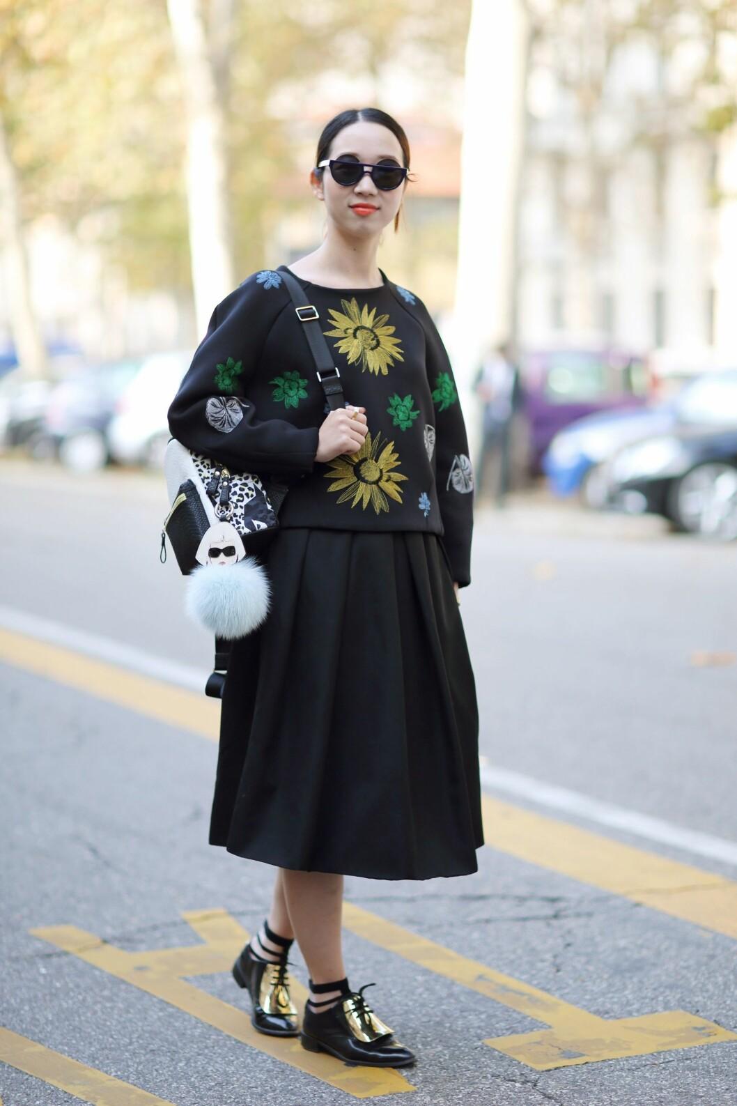 Blomstermønster trenger ikke bety fargesprakende og oppsiktsvekkende plagg. En svart genser med enkelt mønstermotiv er en enkel måte å følge trenden.  Foto: All Over