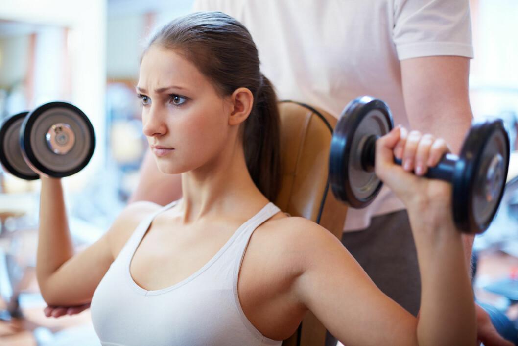 STYRKE: Styrketrening er gunstig for vekttap, da det å bygge muskler kan være med på å øke fettforbrenningen din.  Foto: Colourbox