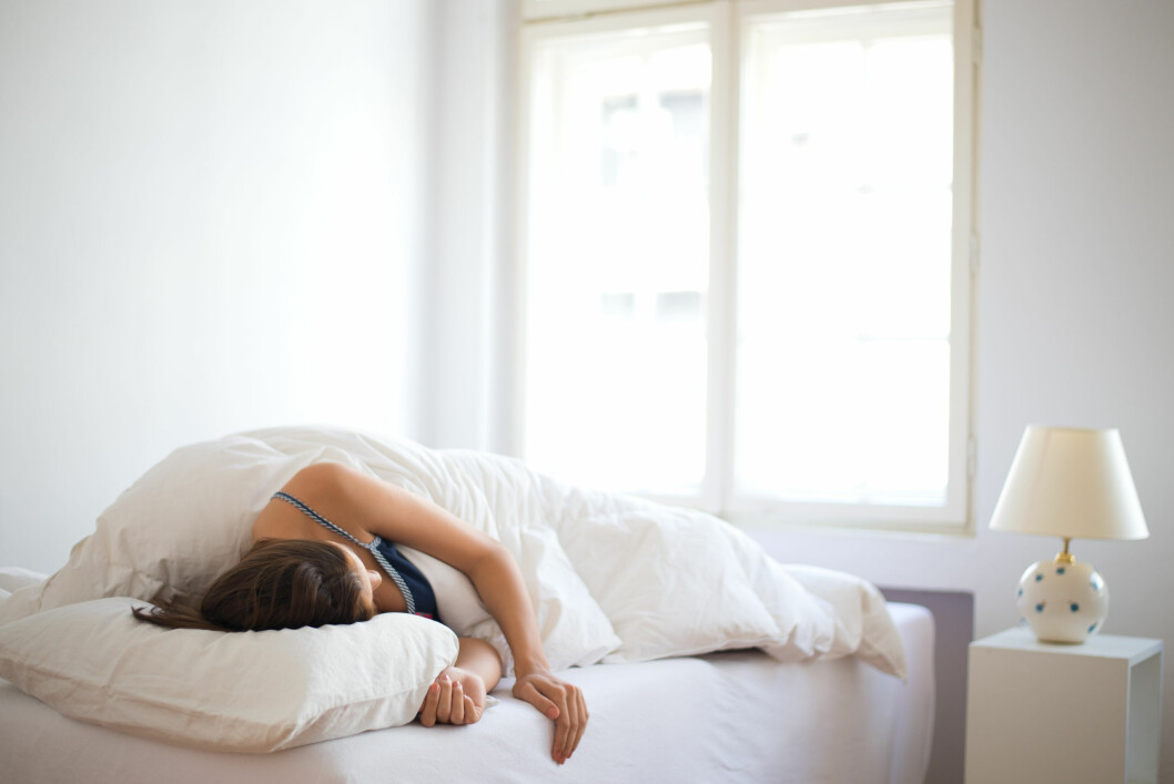 IKKE SOV MED VINDUET ÅPENT: Det finnes bedre måter å sikre god ventilasjon i boligen din. Et åpent vindu på vinteren kan gjøre boligen kald og fuktig - som igjen fremmer muggvekst.  Foto: Fotolia