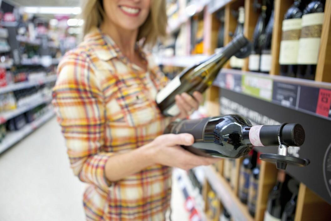 <strong>VÆR BEVISST:</strong> Det kan være lurt å skrive ned hvilke viner som gir deg hodepine, da vil det bli lettere å kunne se en sammenheng i hva du reagerer på.  Foto: REX/Juice/All Over Press