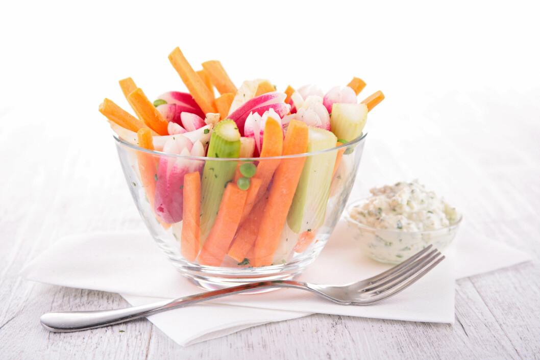 SUNT OG GODT: Grønnsaker med dip er supergodt - og ikke minst veldig næringsrikt! Foto: M.studio - Fotolia