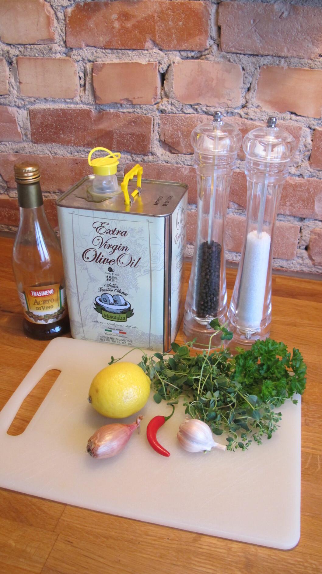 1. Chimichurri lages med ti ingredienser - de fleste har du sikkert alt i skapet. Foto: Stine Okkelmo
