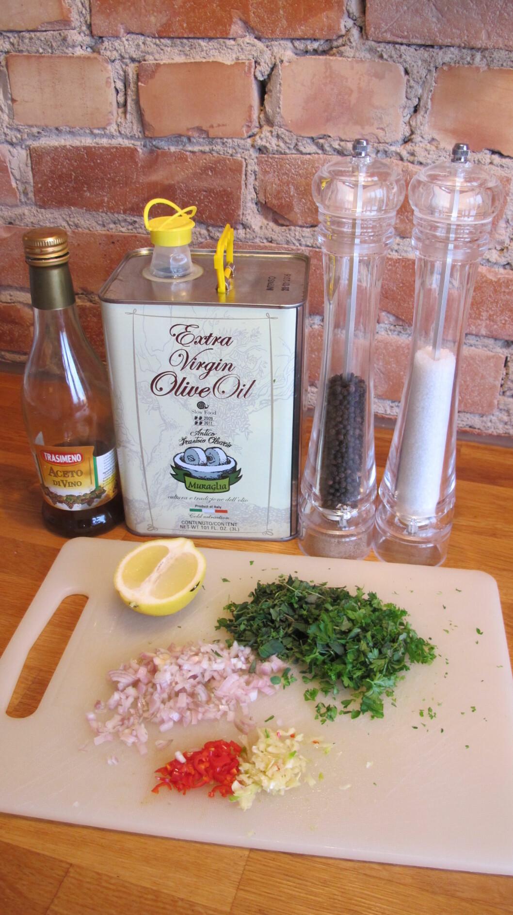 2. Finhakk hvitløk, sjalottløk, urter og chili. Foto: Stine Okkelmo