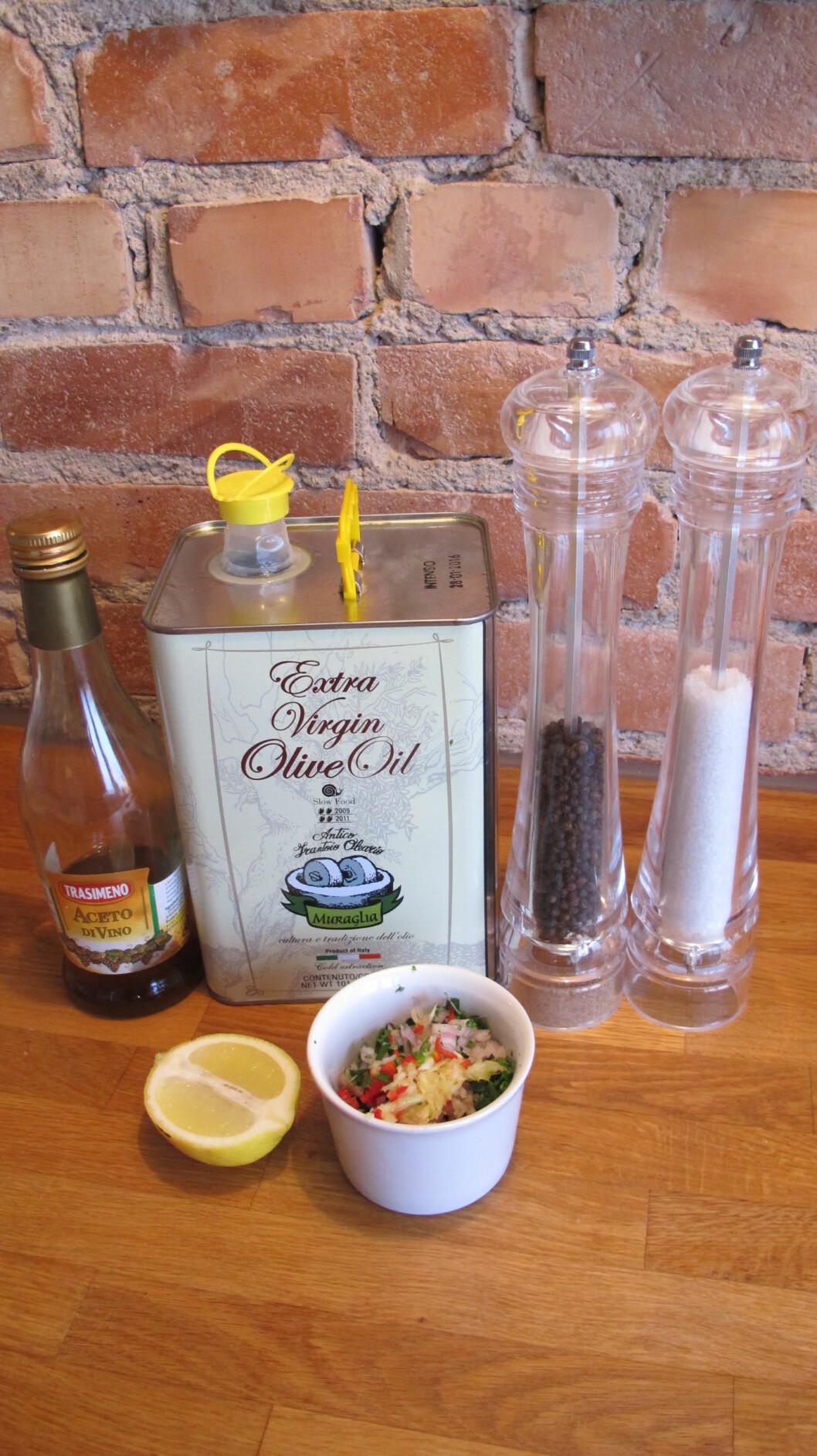 3. Bland alle de tørre ingrediensene, og hell over olje, eddik og sitronsaft. Krydre med salt og pepper. Foto: Stine Okkelmo