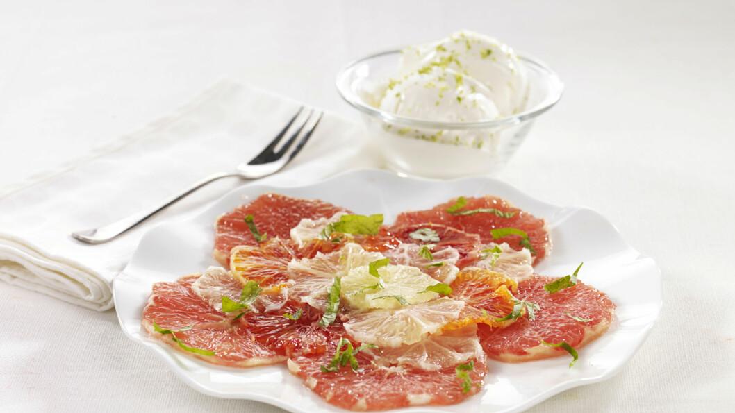 DEILIG OG FRISKT: Sitruscarpaccio er en sunn og god dessert du kan nyte med god samvittighet.  Foto: Grete Roede AS