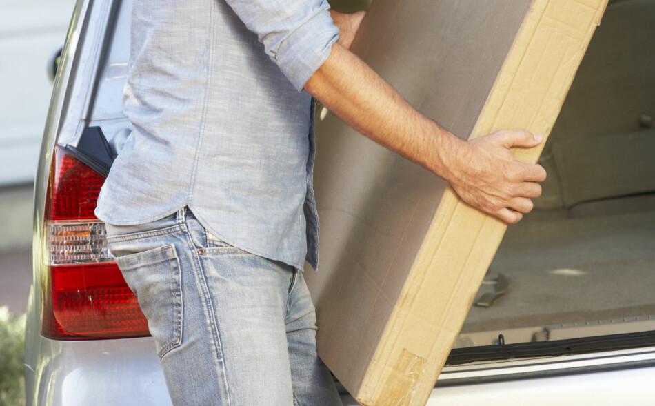 NABOTJENESTE: Å hjelpe naboen med å bære inn en splitter ny TV er ikke uvanlig. Men hva skjer om du mister den? Innboforsikringen din kan hjelpe deg om du blir stilt ansvarlig for skaden, men var det ikke din skyld, er det bare naboen det skal gå utover. Foto: Shutterstock / NTB Scanpix