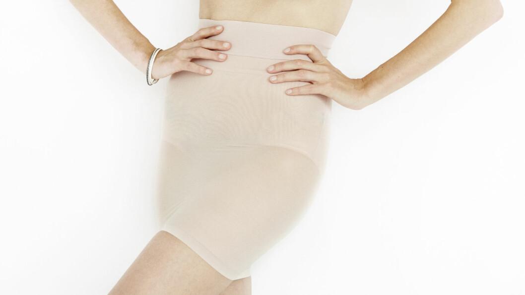 <strong>GJØR AT KJOLEN IKKE SKLIR OPP:</strong> Med et shapeskjørt under kjolen, får du ikke bare form på baken, men det hindrer dessuten kjolen fra å skli opp. Nudefarget og elastisk (kr 600, Wolford). Foto: KK