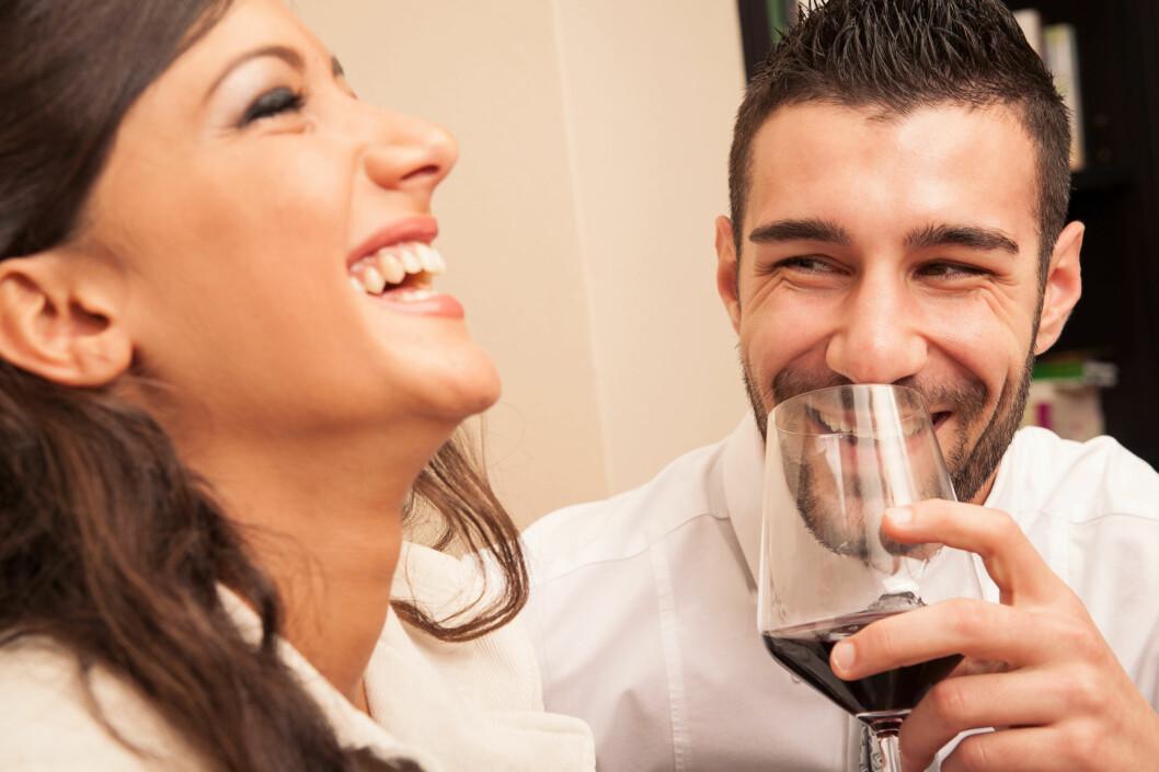 DU KOMMER LANGT MED ET SMIL: Det viktigste når du skal flørte er at du smiler og er imøtekommende.  Foto: pio3 - Fotolia
