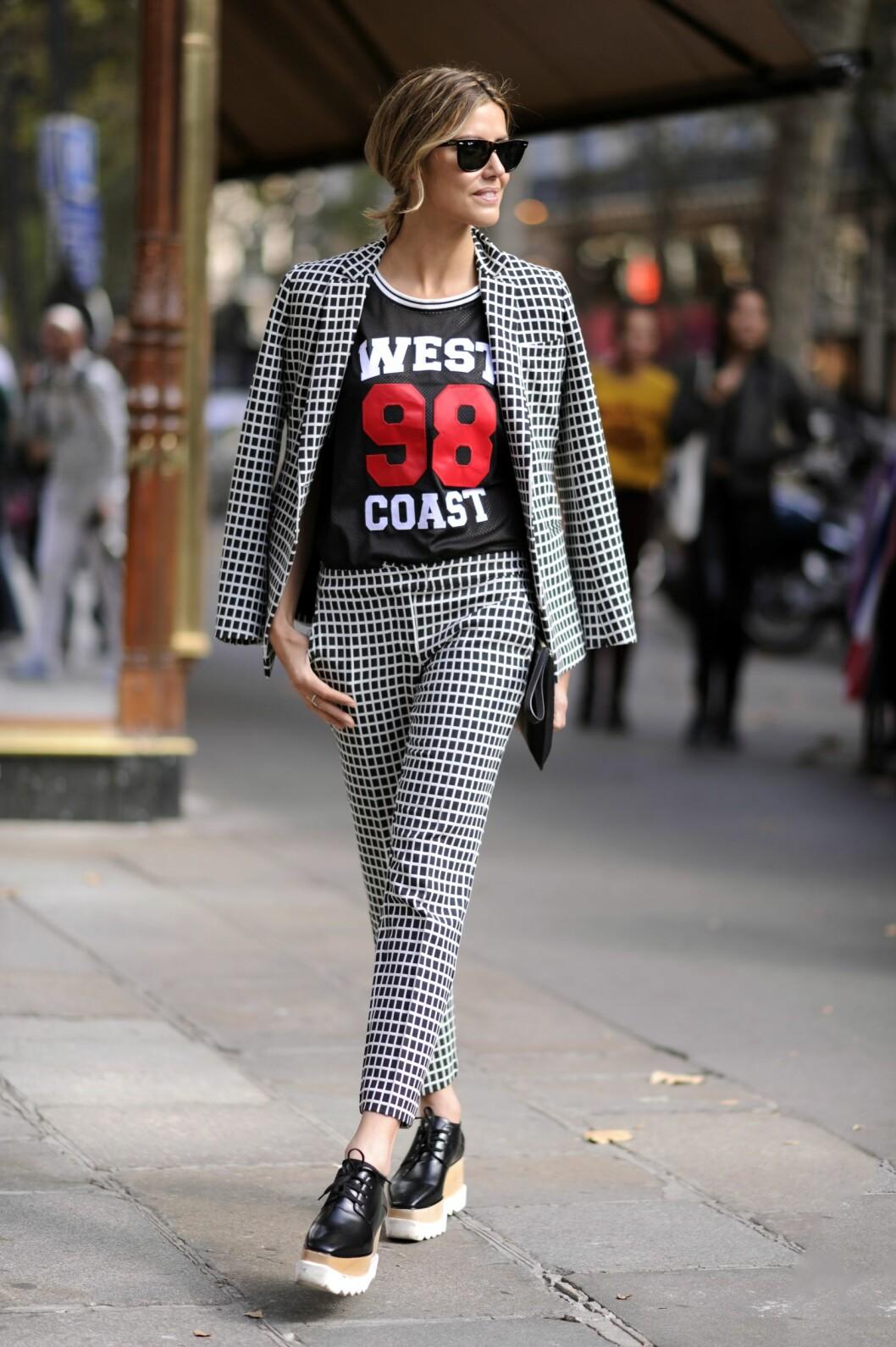 En mønstret dress kan kombineres med print for en sporty, hverdagslig look.  Foto: All Over