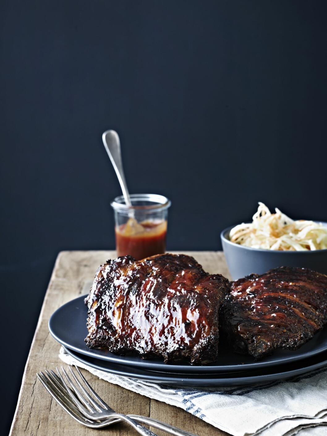 TIPS: Potetene kan stekes sammen med ribsene. Sjekk dem jevnlig – men det er veldig godt med litt overstekte poteter. Foto: All Over Press
