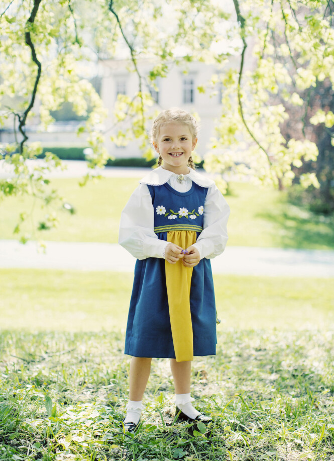 <strong>FESTDRAKT:</strong> I forbindelse med den svenske begivenheten «midtsommar» er prinsesse Estelle kledd i en tradisjonell svensk festdrakt. Foto: Erika Gerdemark, Kungahuset.se