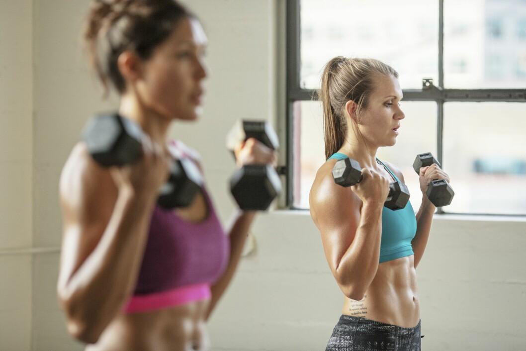 HARDT: Det er fort gjort å få ømme muskler etter en hard styrketreningsøkt. Foto: (c) BUCK Studio/Corbis/All Over Press