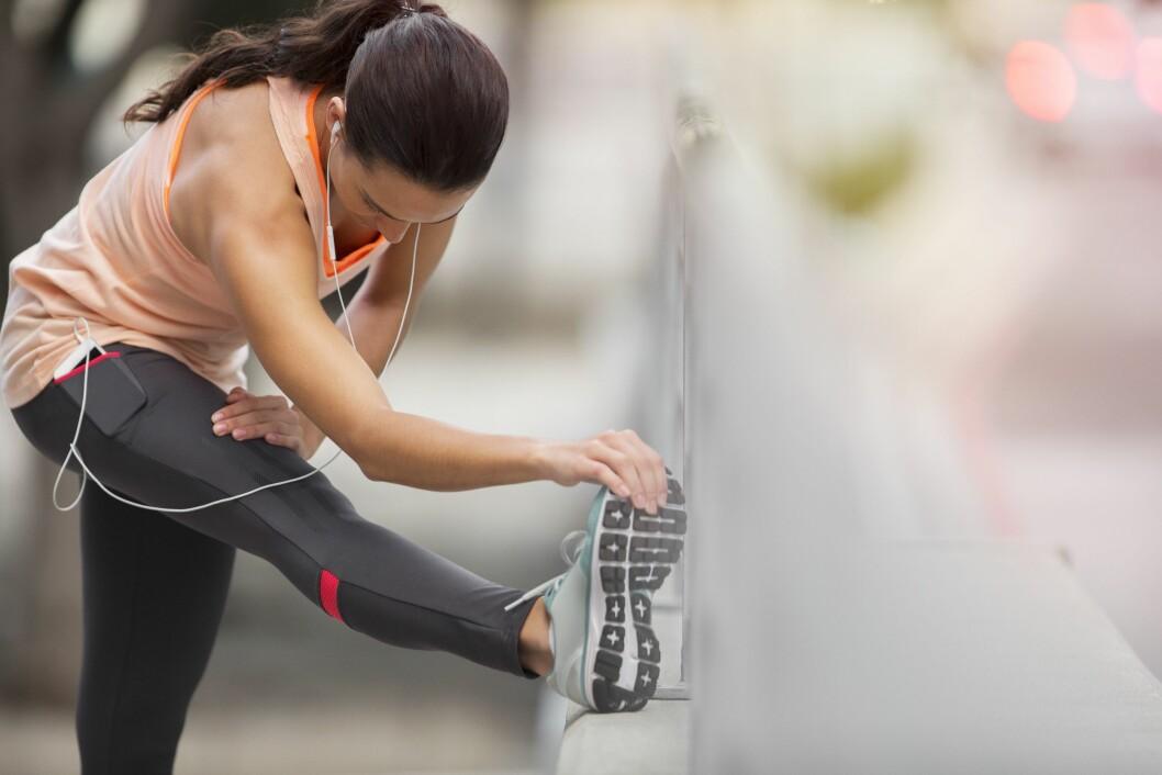 TØY OG BØY: Tøyning er veldig viktig for å beholde en god mobilitet og bevegelighet, men å tøye ut etter styrketreningen kan gjøre stølheten ennå verre. Foto: REX/Caiaimage/All Over Press