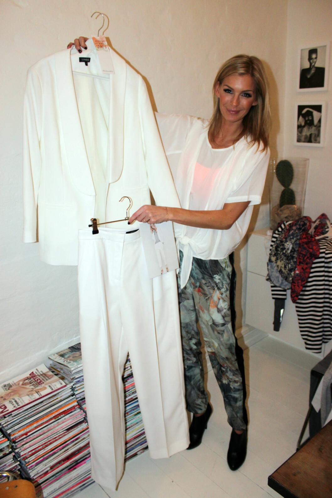 VID HELVHVIT DRESS: Et av nøkkelantrekkene til våren, ifølge Lindex. Foto: Cecilie Leganger